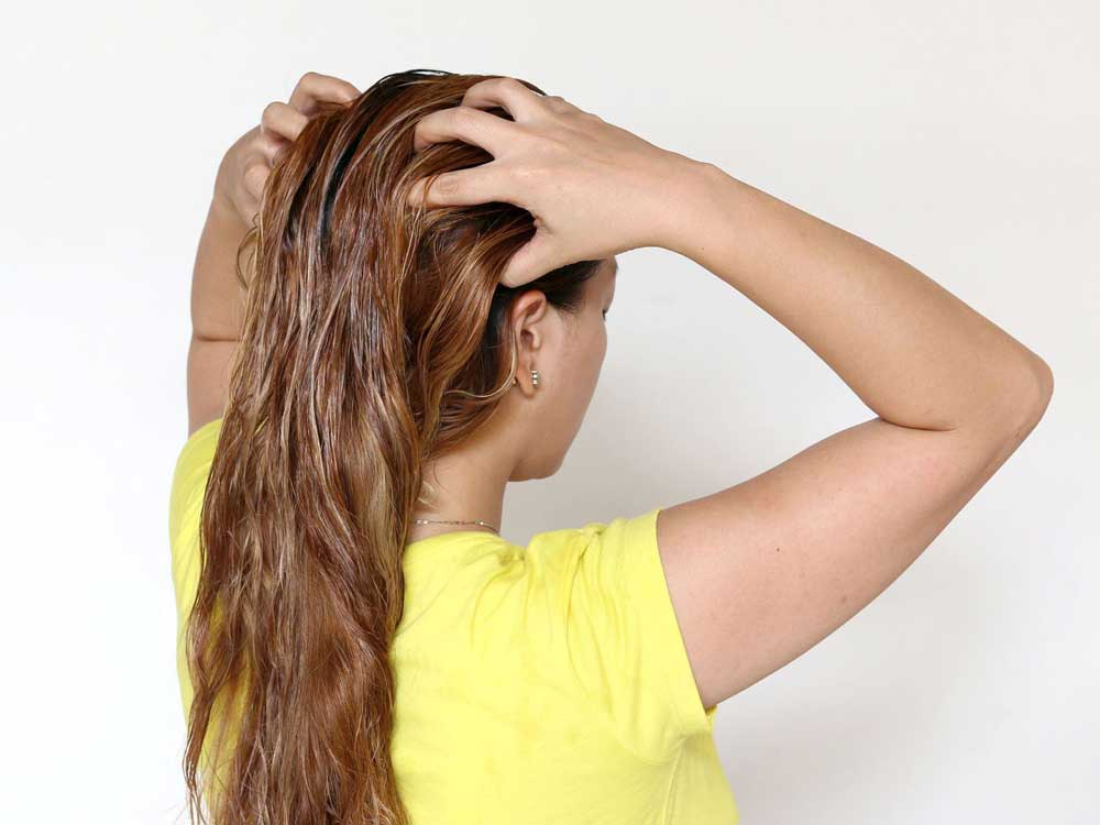 سرم مو بر روی موهای مرطوب