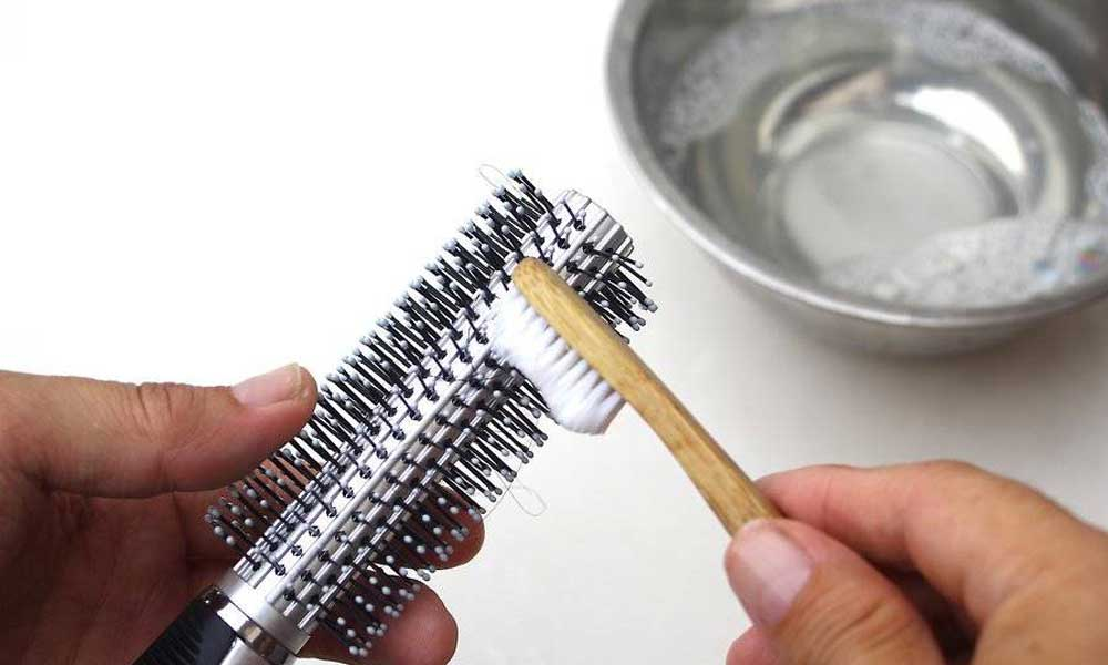 تمیز کردن برس گرد با مسواک