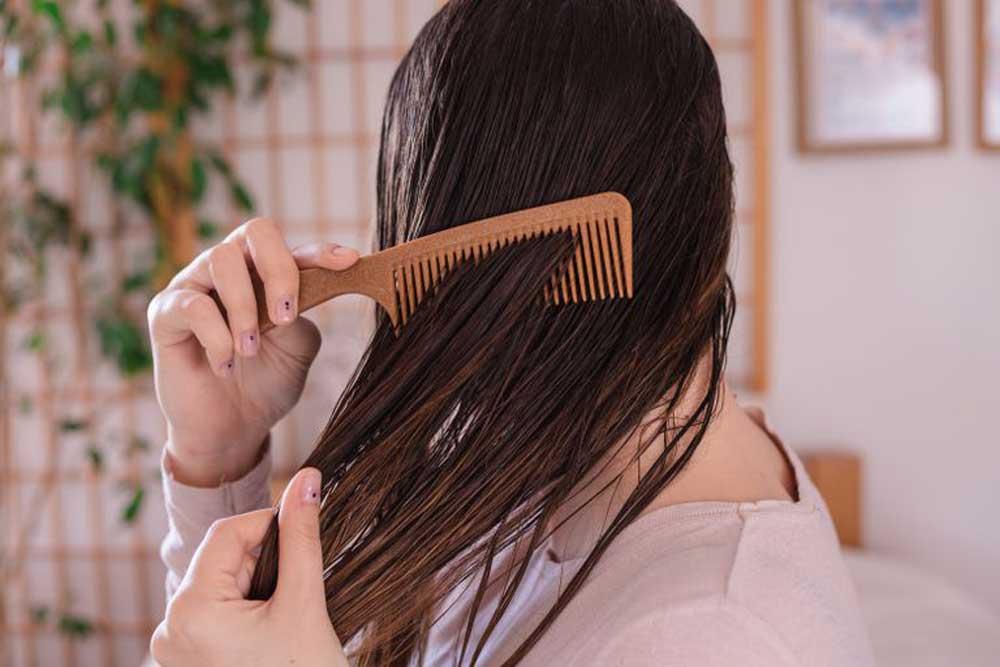 شانه زدن به موهای خیس