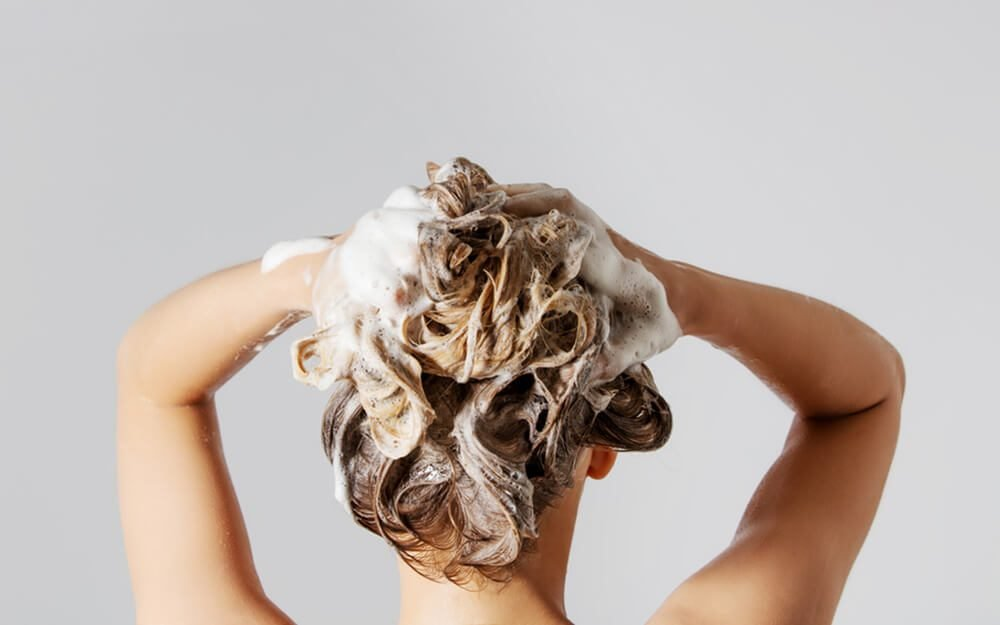 شستن مو با شامپو