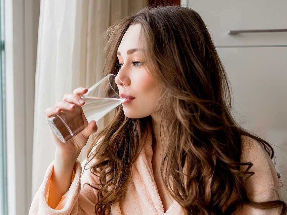 نوشیدن آب کافی برای سلامت موها