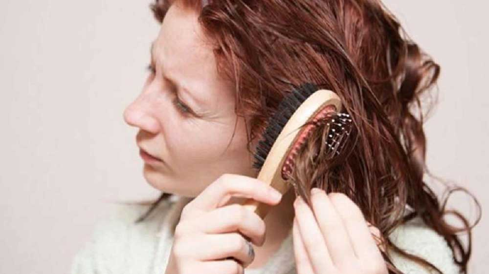 شانه زدن موهای گره خورده